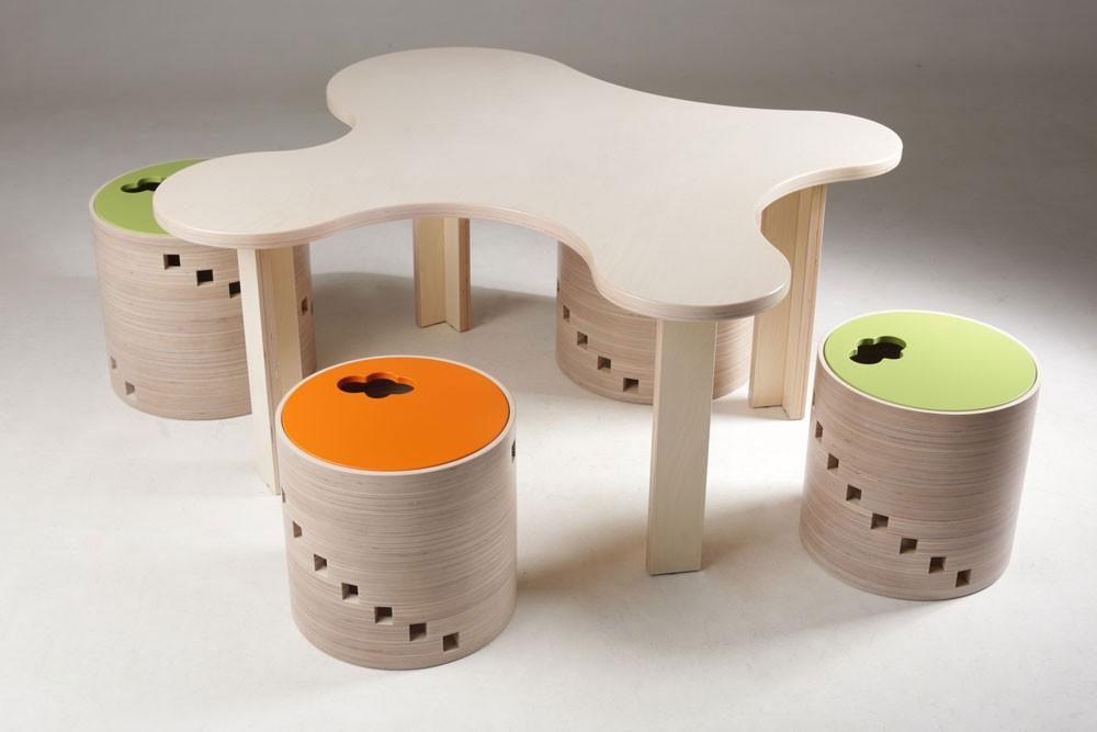 Bērnu mēbeļu komplekts no bērza saplākšņa. Krēsli-mantu kastes izmēri: - Mazais (augstums - 309mm, diametrs - 340mm) - Lielais (augstums - 348mm, diametrs - 380mm) Attēlā redzamā galda izmērs (augstums - 500mm, platums - 1200x1200mm). Bē