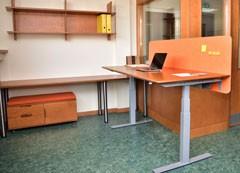 Paceļamo galdu sērijas UP augstumā elektriski regulējams galds, mazais atvilktņu bloks un individuāli projektēts plaukts. Biroja mēbeles