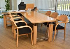 Biroja mēbeles no kolekcijas ART. Biroja galds, papildgalds un apmeklētāju krēsli UK