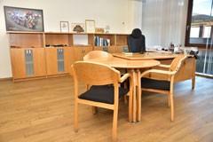 Biroja mēbeles: dokumentu skapji, biroja galds no PART kolekcijas, papildgalds un apmeklētāju krēsli UK