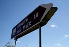 706. ceļa zīme - Virziena rādītājs. Individuāli risinājumi. Ceļa zīmes / ceļa norādes izgatavotas no dabai draudzīga materiāla - bērza saplākšņa. Ražots Latvijā pēc LVS standarta
