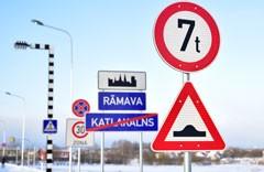 Ceļa zīmes / ceļa norādes izgatavotas pēc Latvijas standarta. Izturīgas pret vandālismu, izgatavotas no dabai draudzīga materiāla. Ražots Latvijā