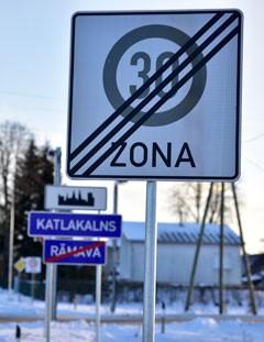 Ceļa zīmes nr. 523A - Maksimālā ātruma ierobežojuma zonas beigas, nr. 519 - Apdzīvotas vietas sākums, kā arī nr. 521 un 522 - Pilsētas vai ciema nosaukums.