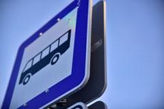 Norādījuma zīme nr. 534 - Autobusa un trolejbusa pietura. Ceļa zīmes / ceļa norādes izgatavotas no dabai draudzīga materiāla - bērza saplākšņa. Ražots Latvijā pēc LVS standarta