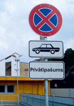 326. zīme - Apstāties aizliegts, papildzīme Transportlīdzekļa veids (nr. 815) un Pārējā papildinformācija (nr. 842). Ceļa zīmes / ceļa norādes izgatavotas pēc Latvijas standarta. Izturīgas pret vandālismu, izgatavotas no dabai draudzīga m