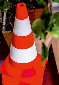 Ceļa vertikālais apzīmējums nr. 913 - Vadkonuss. Ceļa zīmes / ceļa norādes izgatavotas pēc Latvijas standarta. Izturīgas pret vandālismu, izgatavotas no dabai draudzīga materiāla. Ražots Latvijā