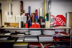 Ceļa zīmju izgatavošanā tiek izmantoti 3M ražotie atstarojošie prizmatiskie materiāli.