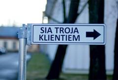 Ceļa zīmes / ceļa norādes izgatavotas no dabai draudzīga materiāla - bērza saplākšņa. Ražots Latvijā pēc LVS standarta. Individuāli risinājumi