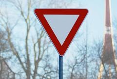 206. ceļa zīme - Dodiet ceļu. Ceļa zīmes / ceļa norādes izgatavotas pēc Latvijas standarta. Izturīgas pret vandālismu, izgatavotas no dabai draudzīga materiāla. Ražots Latvijā